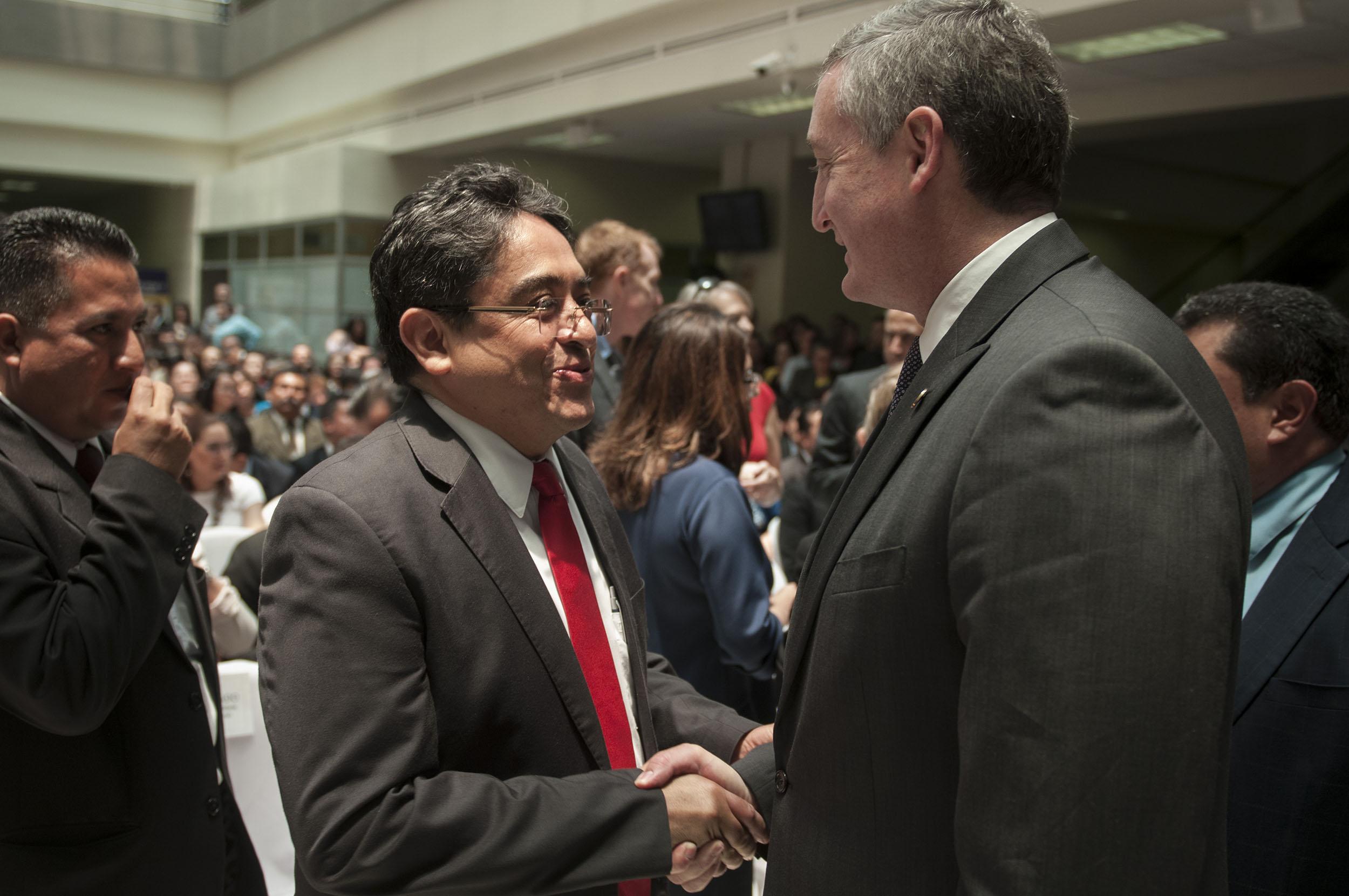 El procurador de los Derechos Humanos, Jordán Rodas, saluda al el ministro de Gobernación, Enrique Degenhart.