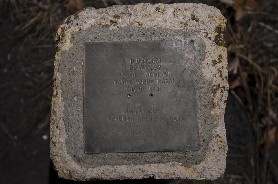 Está escrito en el metal: Parque Nacional Yaxha Nakun Naranjo. Zona nuclear reserva biosfera maya.
