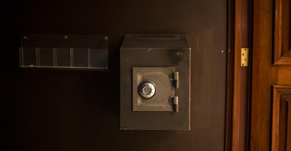 La caja fuerte para las donanciones en el templo de la iglesia El Shaddai