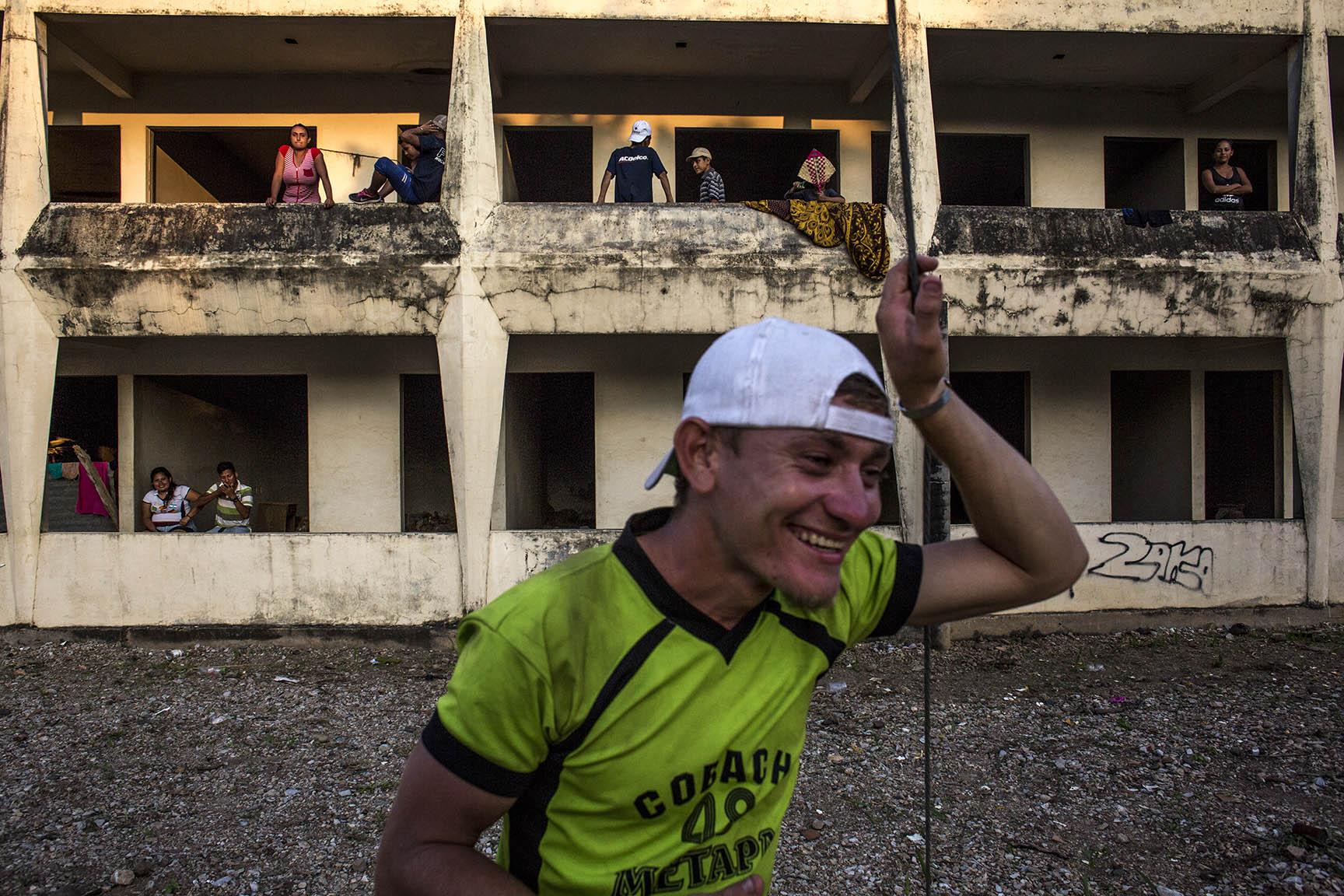 La fachada del hotel abandonado, poblado, por una tarde, por cientos de migrantes / Simone Dalmasso