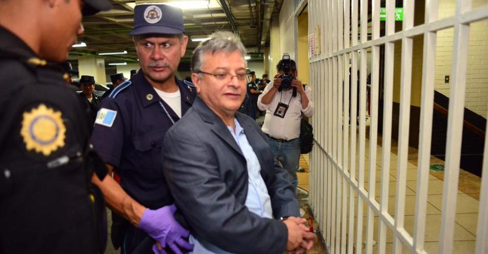 Rudy Villeda, ex jefe de la SAT, al momento de ser llevado a tribunales.