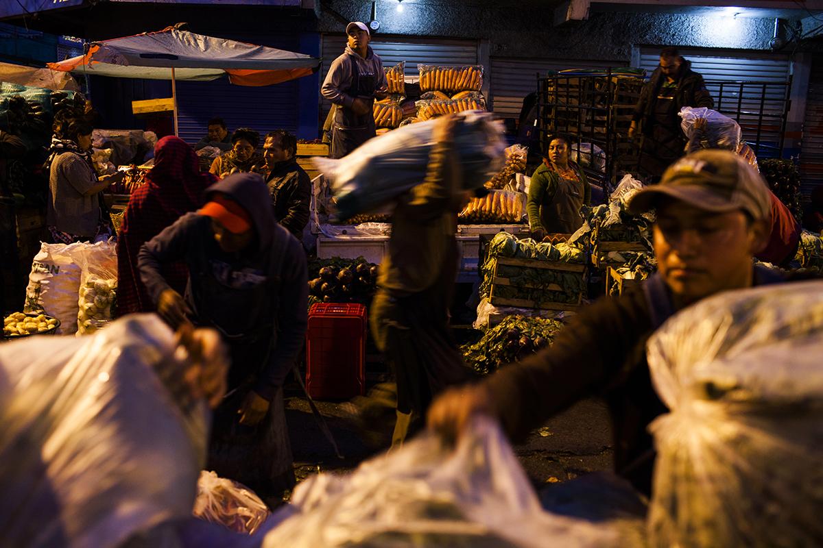 Miles de personas y productos se mueven en la obscuridad antes de las  primeras luces de la madrugada