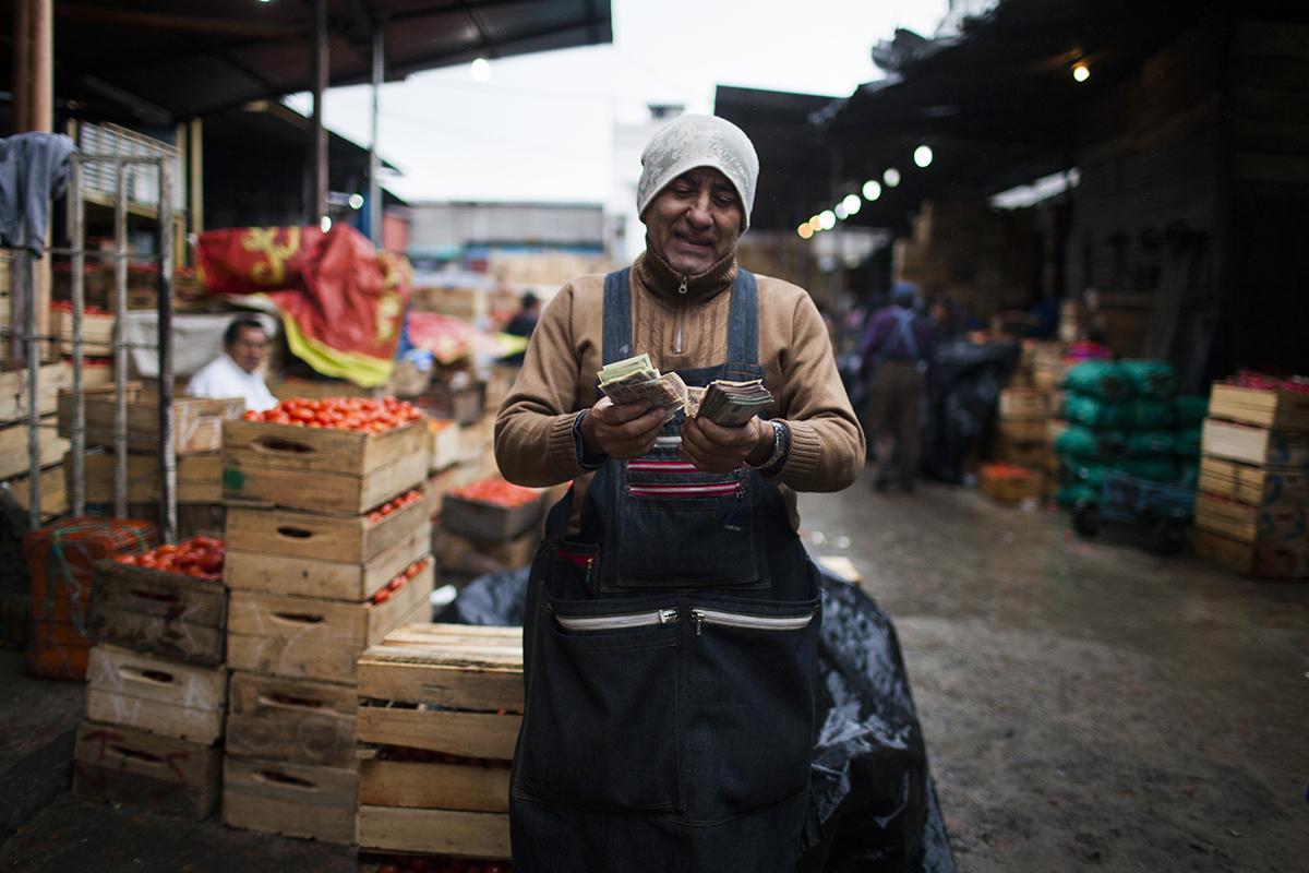 Josué Navas contabiliza las ganancias de la venta de tomate