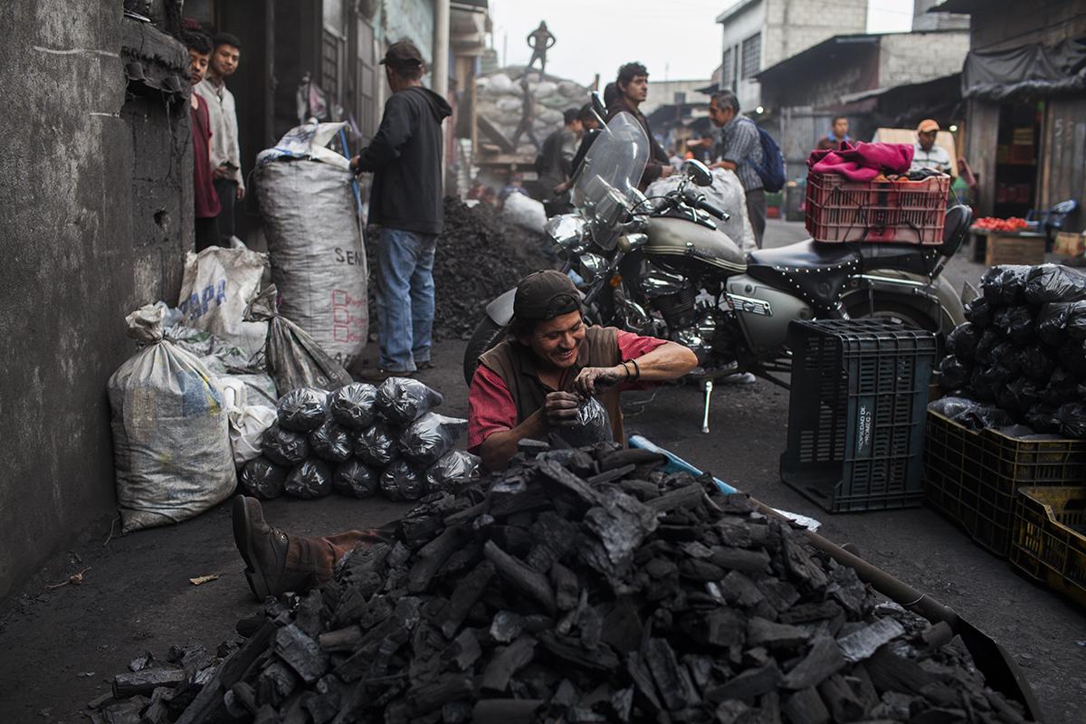La venta de carbón ocupa varias cuadras en el mercado de La Terminal
