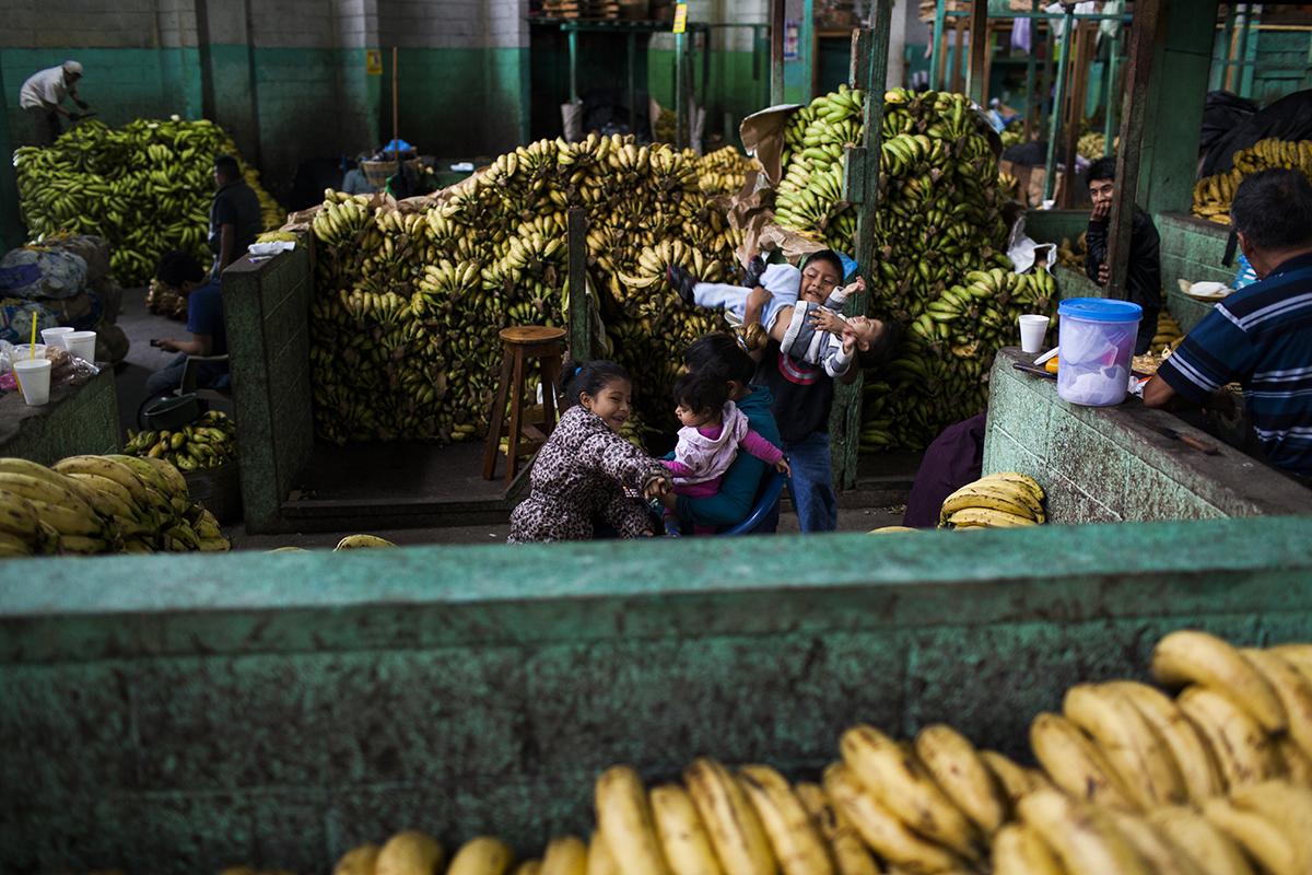 Una familia empieza un nuevo día en el sector de venta del plátano