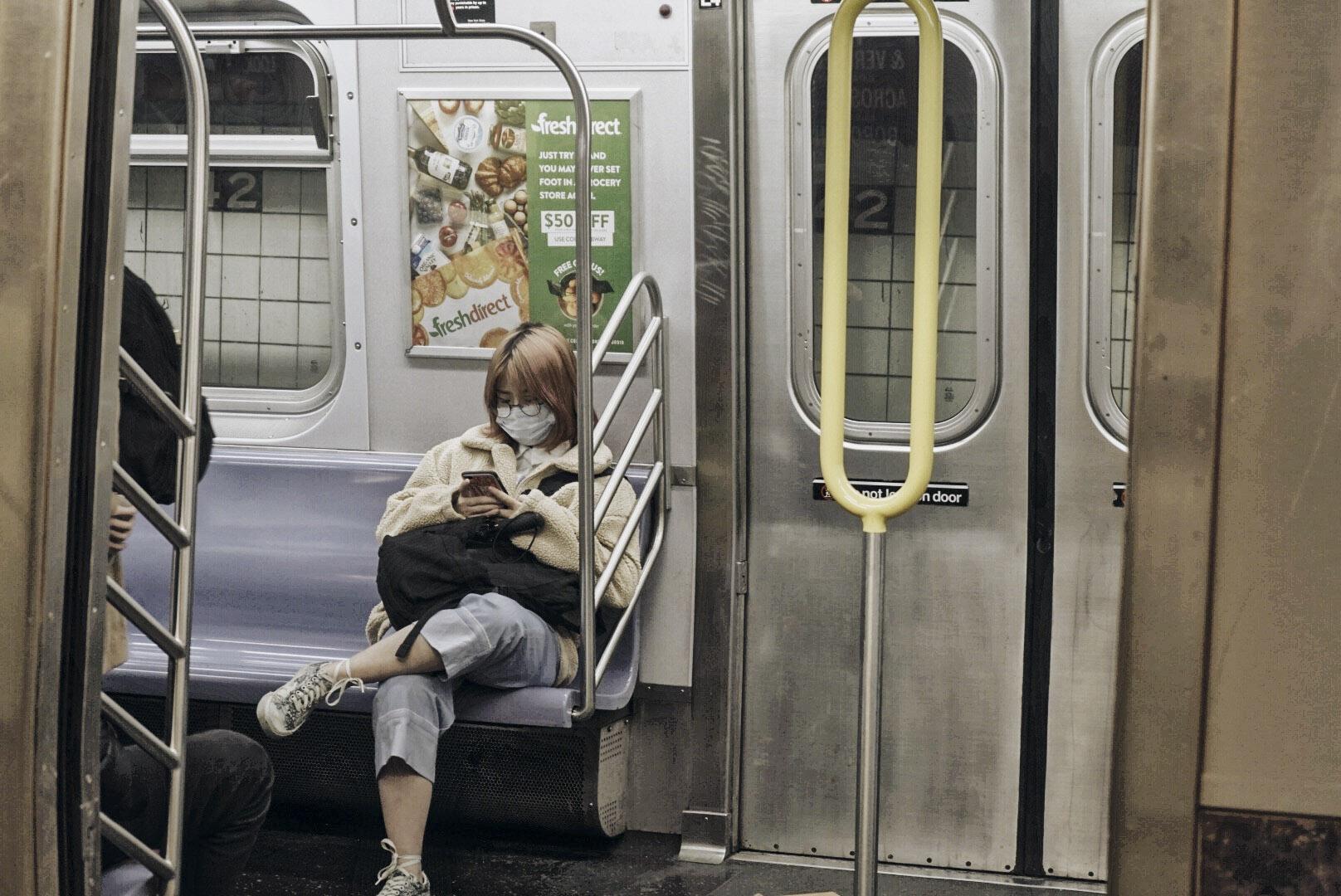 Una joven asiática en el desolato subway de la estación Rockefeller Center, NY. Eduardo Say