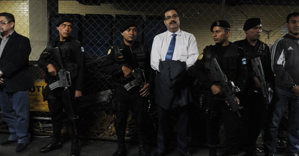 Julio Roberto Suárez Guerra, presidente del Banco de Guatemala, también fue detenido y acusado de fraude. Suárez Guerra también era miembro de la junta directiva del Seguro Social.