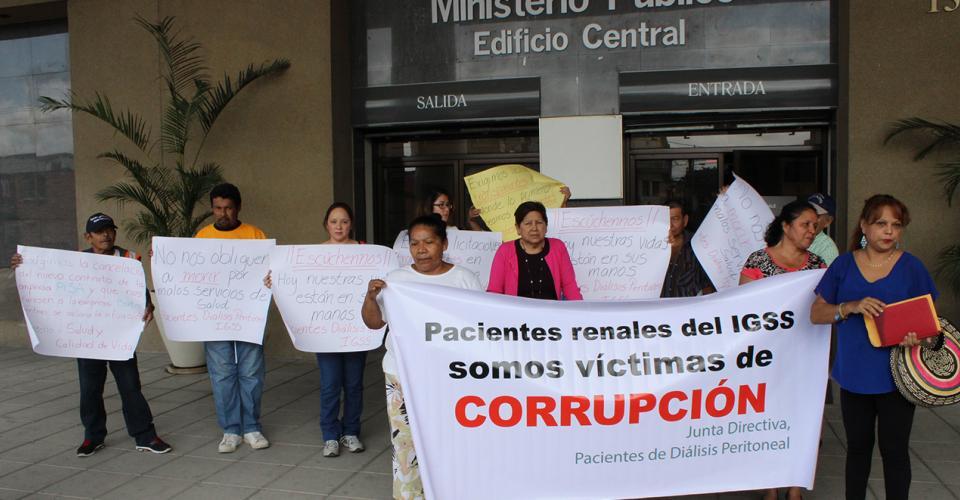 Familiares y pacientes denunciaron ser víctimas de corrupción en el IGSS en el Ministerio Público.