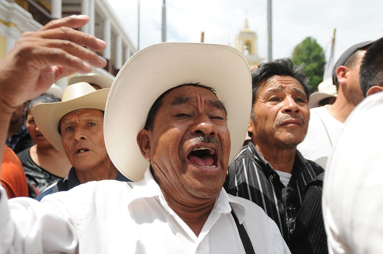 Varios comunitarios protestaron en el Parque Central de Huehuetenango contra las empresas de energía.