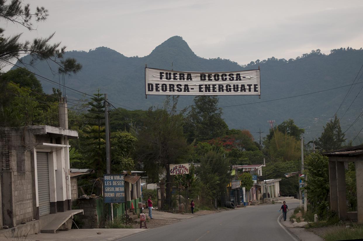 Una manta contra Deorsa, Deocsa y Energuate en La Democracia, Huehuetenango.