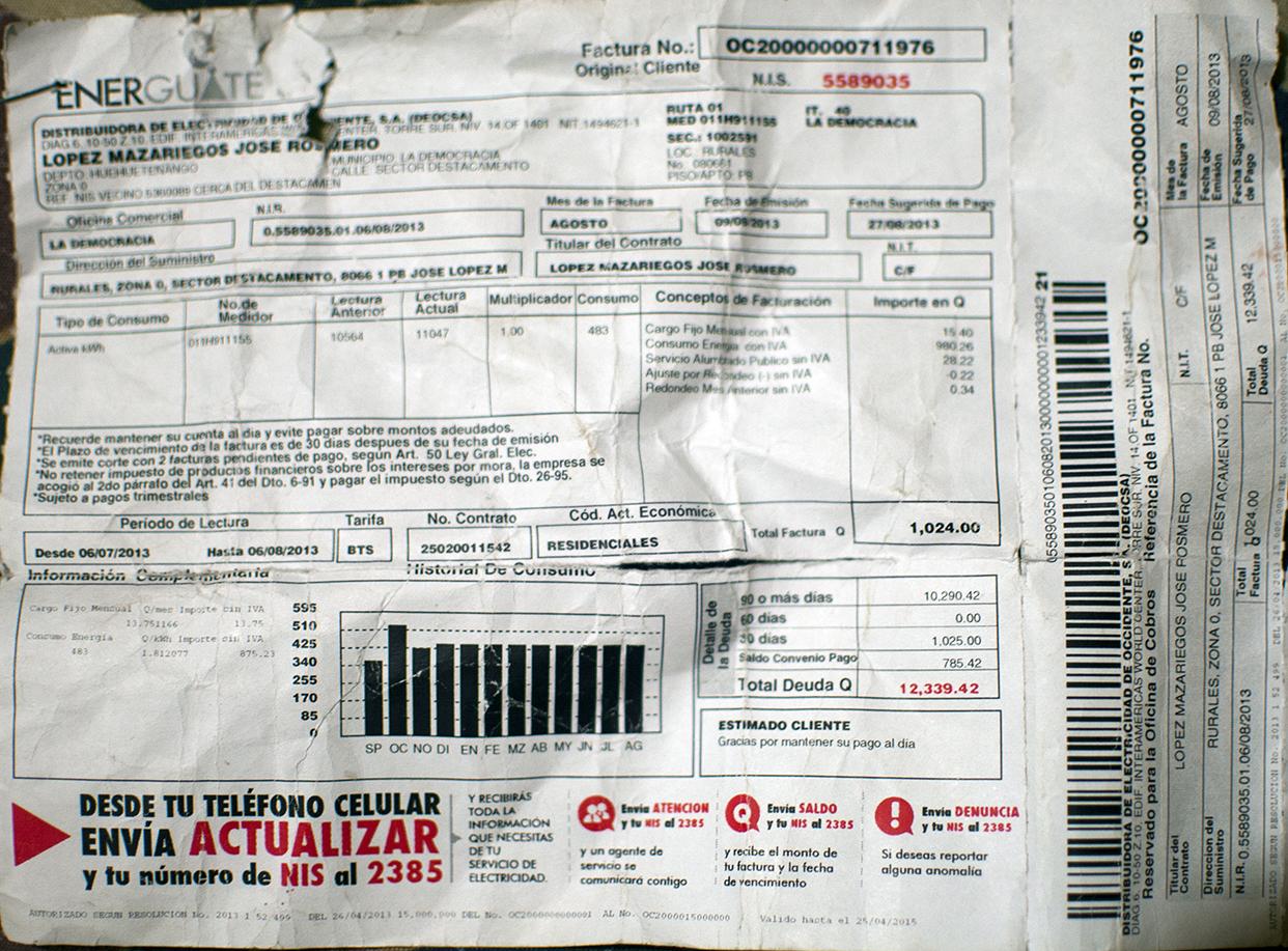 Una factura por Q12,339.42 por el consumo de energía en una vivienda.