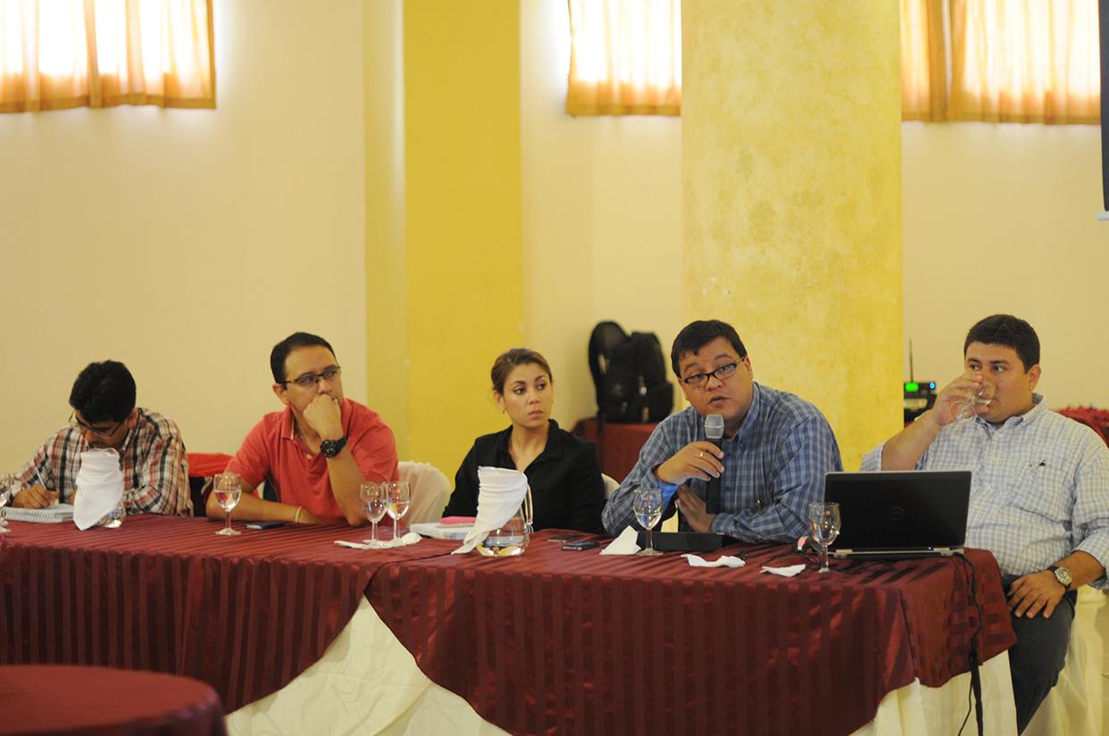 Representantes de Energuate durante la reunión con algunos líderes comunitarios y autoridades municipales.