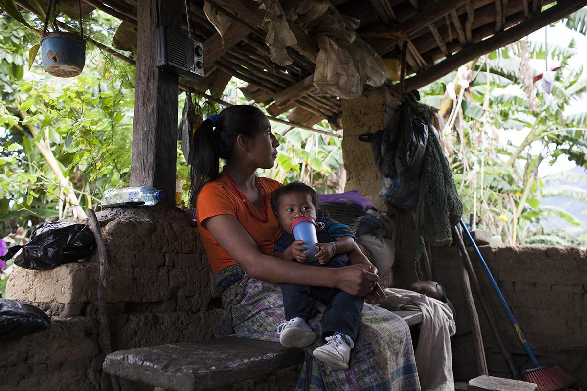 Rosa, 16 años, con su bebé: pudo cursar hasta 6º primaria en el albergue de la SVET de Cobán.