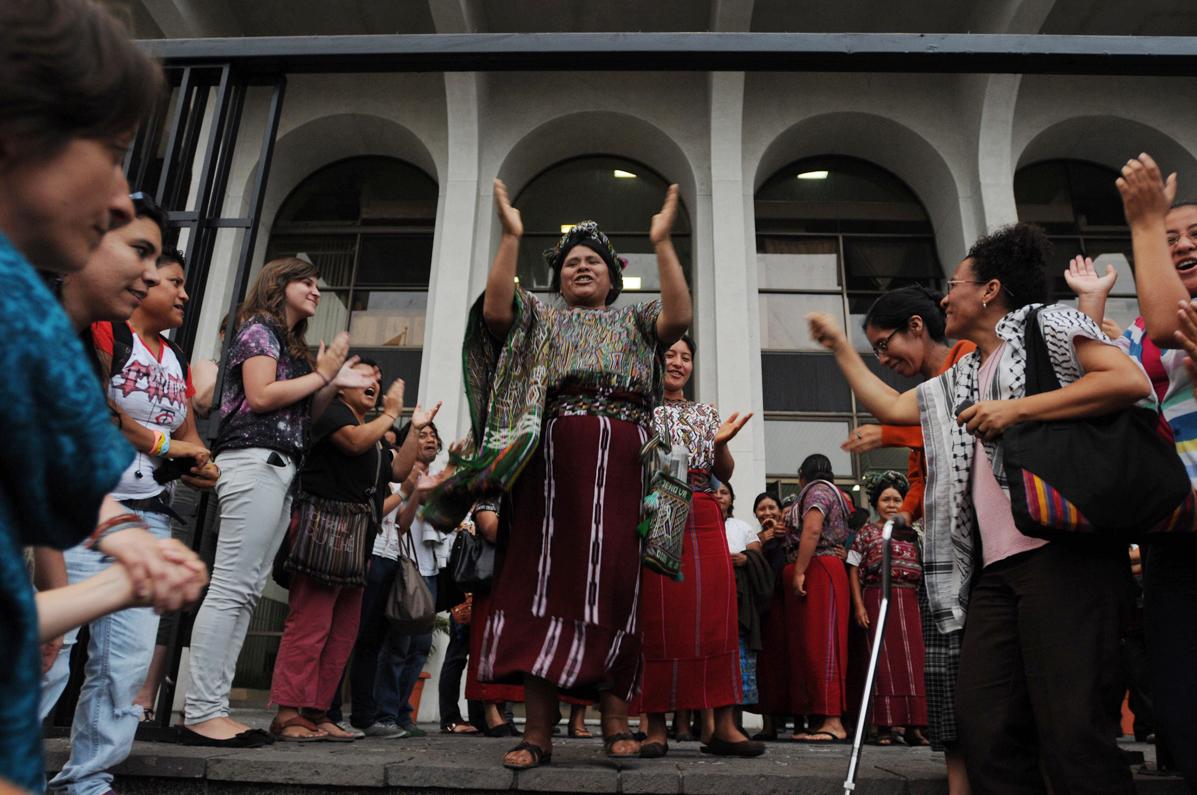 Mujer ixil baila y celebra la sentencia fuera de la Corte Suprema de Justicia en donde se realizó el juicio.