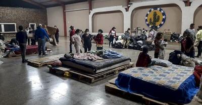 Ciudadanos evacuados desde sus viviendas se concentran en un albergue habilitado en la cabecera municipal de Zacapa