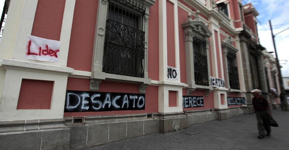 Cientos de guatemaltecos han llegado a protestar frente al edificio del Tribunal Supremo Electoral.