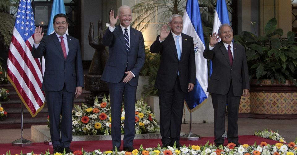 De izquierda a derecha, el presidente de Honduras, Juan Orlando Hernández; el vicepresidente de Estados Unidos, Joe Biden; el presidente de Guatemala, Otto Pérez Molina, y el presidente de El Salvador, Salvador Sánchez Cerén, posan tras reunirse en el Palacio Nacional de la Cultura.